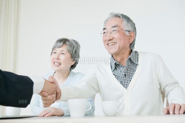 アドバイスを受けるシニア夫婦の写真素材 [FYI01435390]