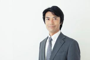 カメラ目線の40代ビジネスマンの写真素材 [FYI01435437]