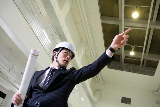 建設現場で指示を出すビジネスマンの写真素材 [FYI01435461]