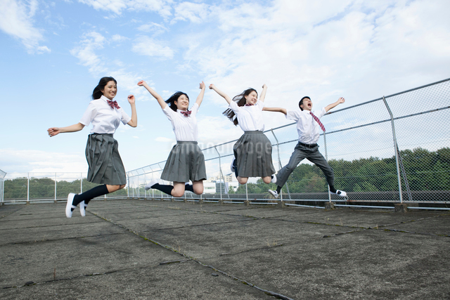 ジャンプする高校生の写真素材 [FYI01435471]