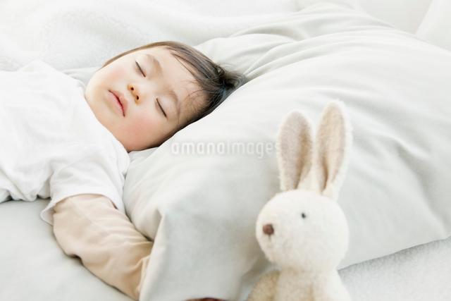 眠る赤ちゃんの写真素材 [FYI01435544]
