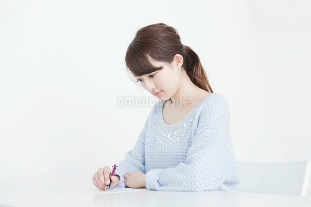 授業を受ける女子大生の写真素材 [FYI01435549]