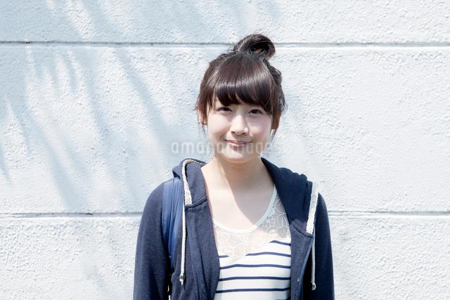 カメラ目線で笑顔の10代女子の写真素材 [FYI01435597]