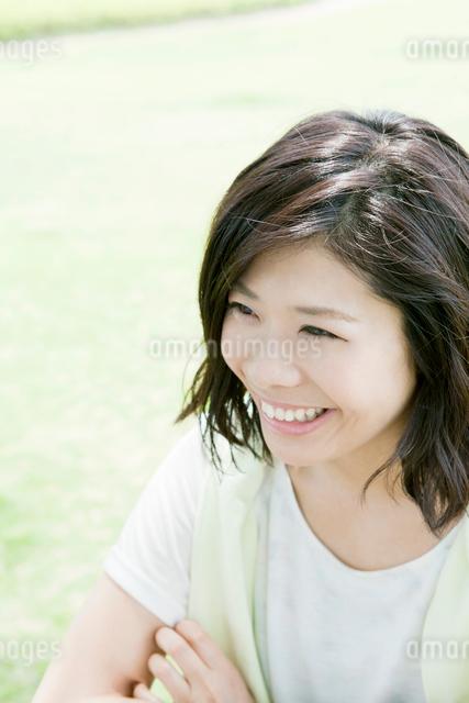 公園にいる笑顔の女性の写真素材 [FYI01435613]