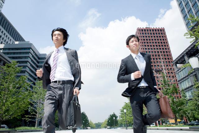 走る上司と部下の写真素材 [FYI01435620]