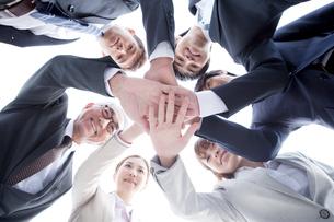 手を重ねるビジネスチーム6人の写真素材 [FYI01435725]