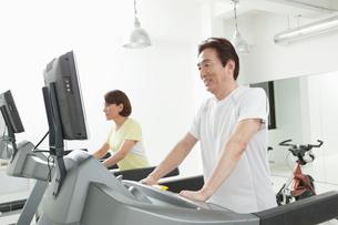 ジムで運動する夫婦の写真素材 [FYI01435740]