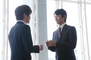 名刺交換をするビジネスマン2人の写真素材 [FYI01435772]