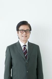 笑顔の60代のスーツの男性の写真素材 [FYI01435796]