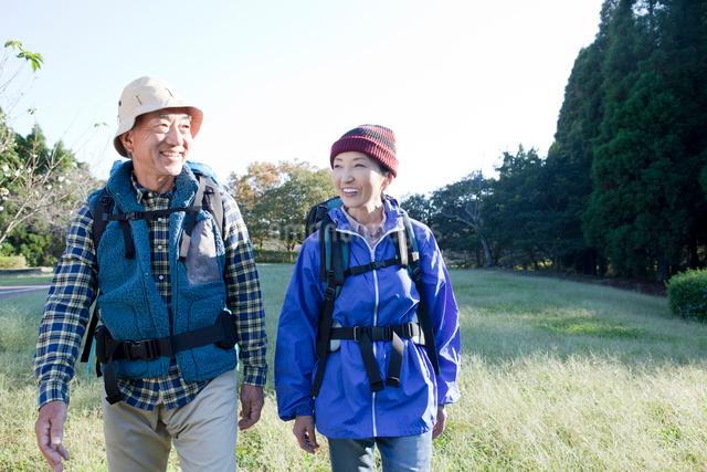 ハイキングをするシニアカップルの写真素材 [FYI01435797]