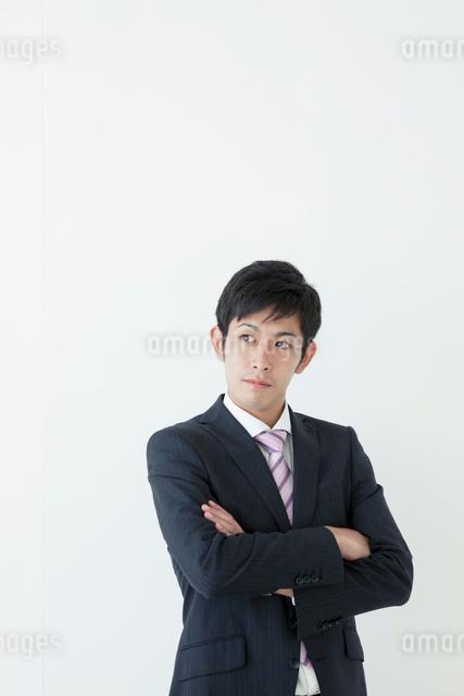 腕組みをする20代ビジネスマンの写真素材 [FYI01435881]