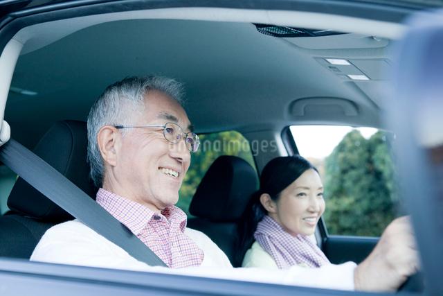 ドライブを楽しむシニアカップルの写真素材 [FYI01435892]