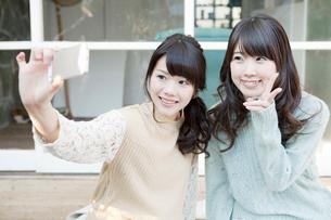 自撮りする女性2人の写真素材 [FYI01435922]