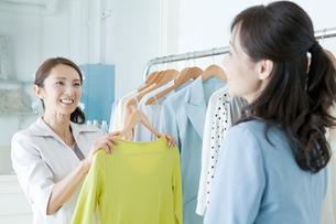 洋服店の店員と客の写真素材 [FYI01435923]