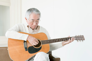 ギターを弾くシニア男性の写真素材 [FYI01435926]