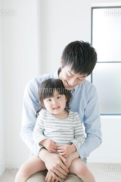 一緒に座る父親と子供の写真素材 [FYI01435954]