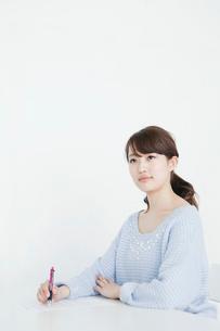 授業を受ける女子大生の写真素材 [FYI01436004]