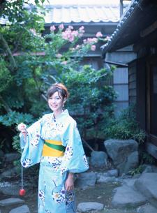 庭でけん玉をする浴衣姿の日本人女性の写真素材 [FYI01436023]