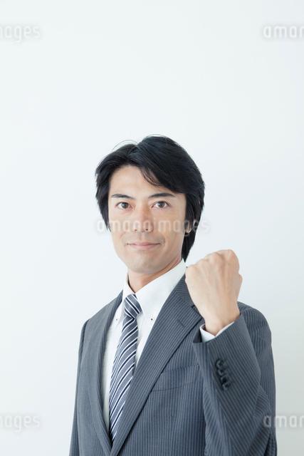 ガッツポーズの40代ビジネスマンの写真素材 [FYI01436026]