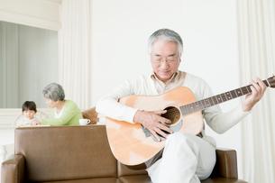ギターを弾くシニア男性の写真素材 [FYI01436030]