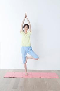 ヨガをする50代の女性の写真素材 [FYI01436059]