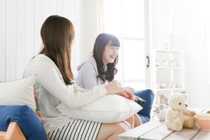ソファーでくつろぐ20代女性2人の写真素材 [FYI01436073]