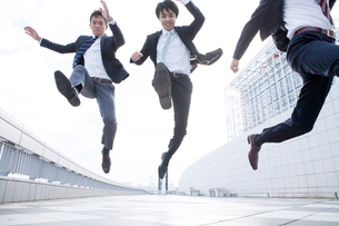ジャンプするビジネスマンの写真素材 [FYI01436117]