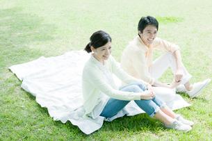 公園に座るカップルの写真素材 [FYI01436165]