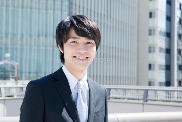 笑顔のヤングビジネスマンポートレートの写真素材 [FYI01436226]