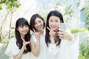 自撮りする20代女性3人の写真素材 [FYI01436278]