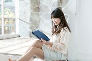 読書する20代女性の写真素材 [FYI01436330]