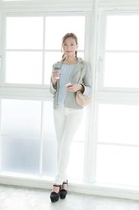コーヒーを持つ20代女性の写真素材 [FYI01436390]