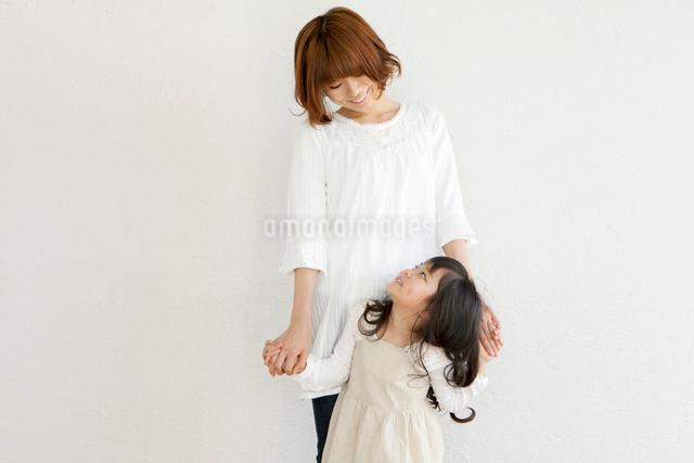両手をつないで見つめ合う母と子の写真素材 [FYI01436416]