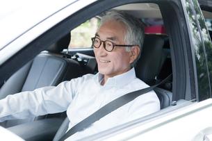 運転をする車内の中高年男性の写真素材 [FYI01436419]