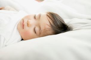 眠る赤ちゃんの写真素材 [FYI01436431]