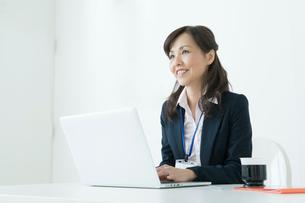 パソコンを操作する50代のスーツの女性の写真素材 [FYI01436444]