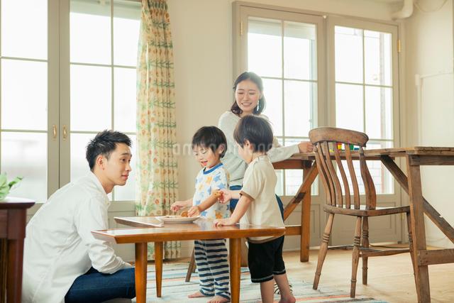 リビングダイニングで過ごす家族の写真素材 [FYI01436506]
