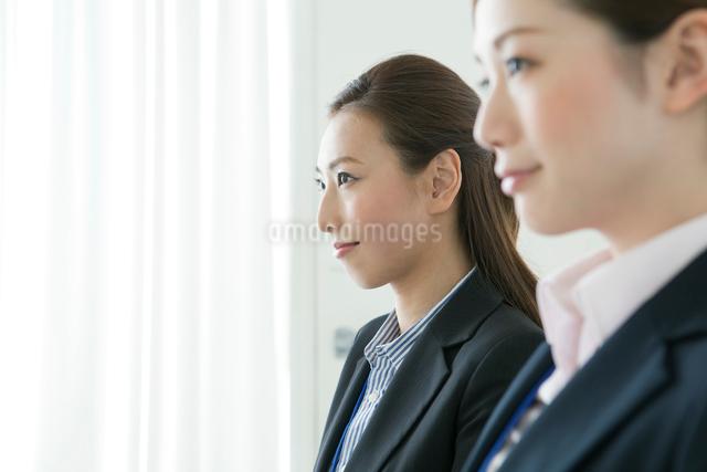 スーツ姿の20代の女性2人の写真素材 [FYI01436548]