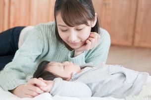 寝ている子供と20代女性の写真素材 [FYI01436558]