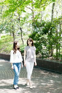 屋外を歩く20代OLイメージの写真素材 [FYI01436629]