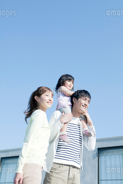 笑顔の夫婦と娘の写真素材 [FYI01436646]