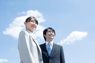 笑顔のビジネスマンとビジネスウーマンの写真素材 [FYI01436727]