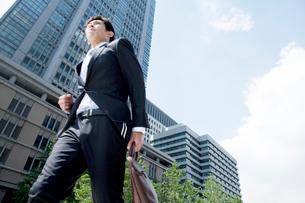 走る20代ビジネスマンの写真素材 [FYI01436730]