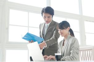 ビジネスウーマンを手伝うビジネスマンの写真素材 [FYI01436748]
