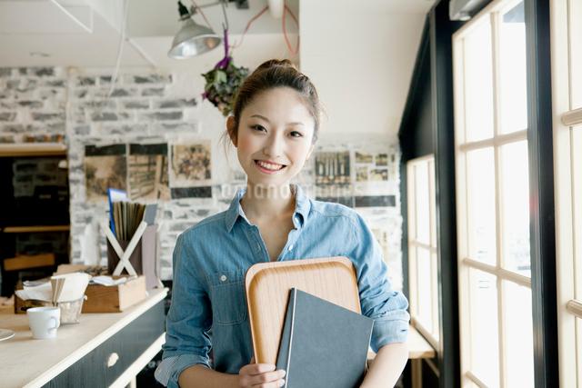 カフェで働く女子大生の写真素材 [FYI01436767]