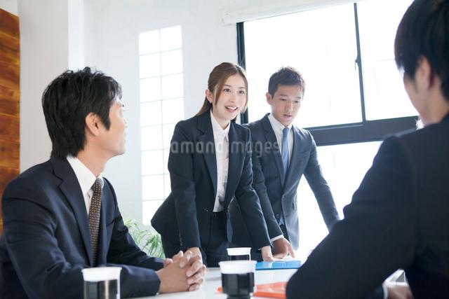 会議中の社員達の写真素材 [FYI01436807]