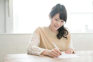 勉強する20代女性の写真素材 [FYI01436833]