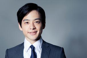 スーツ姿の20代の日本人男性の写真素材 [FYI01436842]