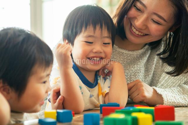 おもちゃで遊ぶ母と子の写真素材 [FYI01436879]