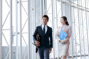 歩くビジネスマンと秘書の写真素材 [FYI01436898]